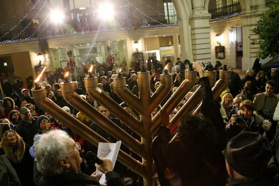 Les Mentonnais sont venus nombreux assister à l'allumage des neuf branches du chandelier.