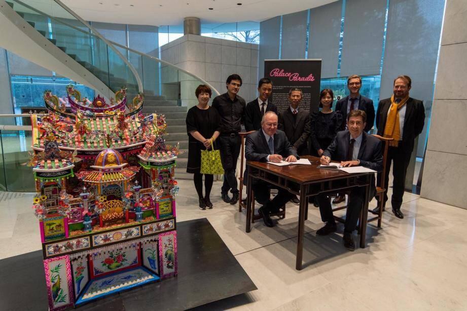 Yves Le Fur, directeur du patrimoine et des collections du musée du Quai-Branly-Jacques-Chirac et Charles-Ange Ginésy ont signé leur premier partenariat.