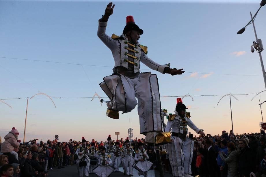 Quatre troupes ont pris part à cette Parade de Noël, devant de très nombreux spectateurs.