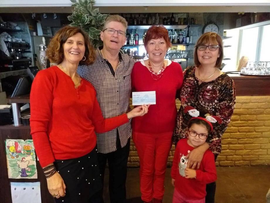 Un chèque de 500 euros a été remis à l'association. (DR)