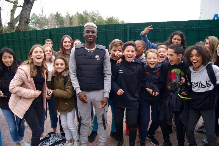 Avant les vacances, le jeune rappeur du Cannet était venu rencontrer ses fans du collège Albert-Camus de Mandelieu pour une petite séance de dédicaces.(DR)