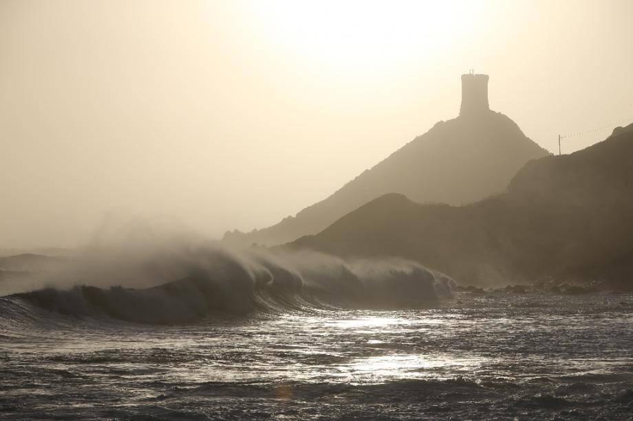 De fortes vagues près des îles Sanguinaires et du Cap Parata en Corse, près d'Ajaccio, le 22 décembre 2019, après le passage de la tempête Fabien