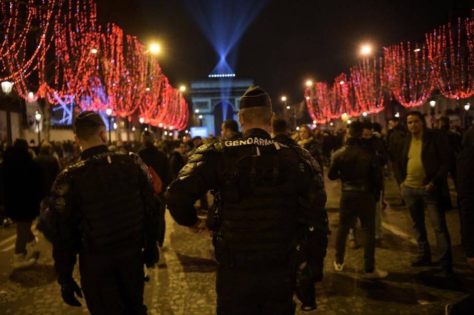 Les forces de l'ordre patrouillent sur les Champs-Elysées le 31 décembre 2018