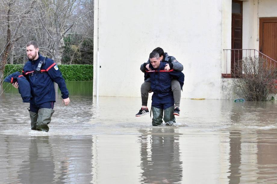 Des pompiers évacuent un adolescent d'une maison inondée, le 14 décembre 2019 à Maubourguet, dans les Hautes-Pyrénées.
