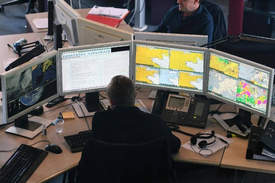 Surveillance météorologique au centre de Météo France en août 2017 à Toulouse.
