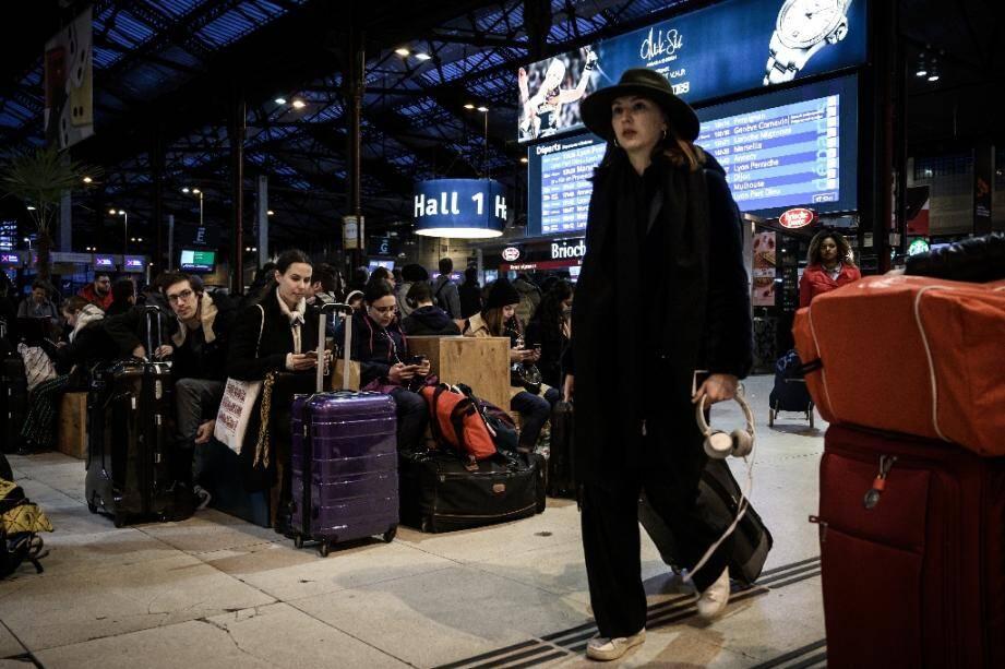 Des voyageurs attendent un train à la gare de Lyon au 16e jour de la grève contre la réforme des retraites, le 20 décembre 2019 à Paris
