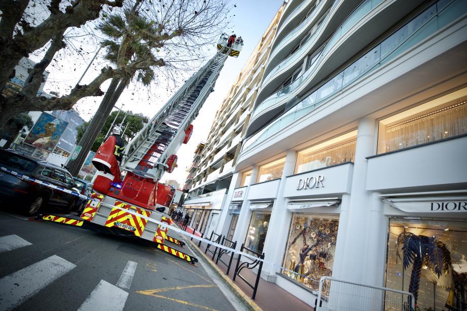 Pour le périmètre de sécurité et la grande échelle déployée au dessus de la boutique Dior sur la Croisette, il s'agissait en fait d'un store qui menaçait de tomber.
