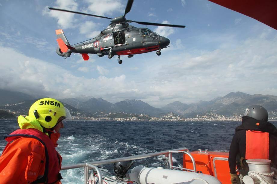 L'hélicoptère Dauphin de la Marine nationale basé à Hyères.