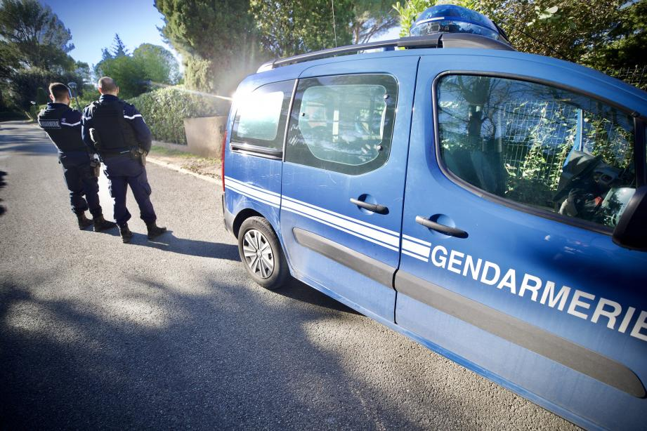 Les enquêteurs sur les lieux où a été trouvé le corps sans vie d'une femme.
