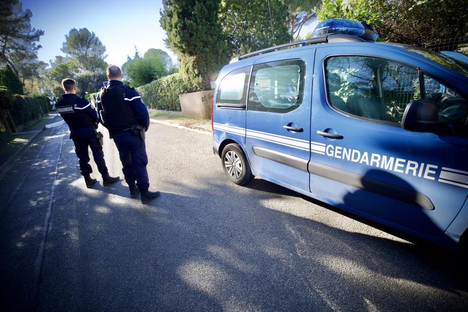 Les gendarmes bouclent les accès à l'étang de Font Merle, ce 25 décembre, après la découverte d'une jeune femme au corps calciné.