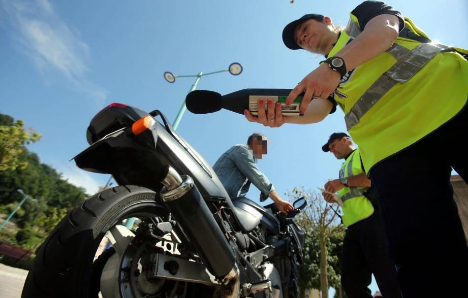 Les contrôles de police (ici, à Menton) permettent de verbaliser les deux-roues bruyants.