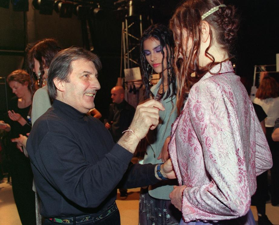 Le couturier français d'origine italienne Emanuel Ungaro fait les dernières vérifications avant de présenter sa collection printemps/été le 18 janvier 1999 à Paris