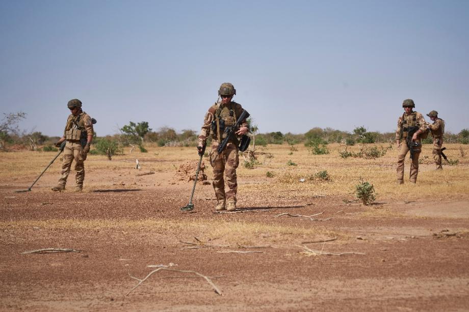 Des soldats français recherchent des mines artisanales avec des détecteurs pendant une opération de Barkhane dans le nord du Burkina Faso, le 12 novembre 2019