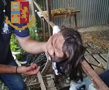 Le postiche d'un des braqueurs azuréens a été retrouvé dans un terrain vague avec une partie du butin. (Photo San Remo News)