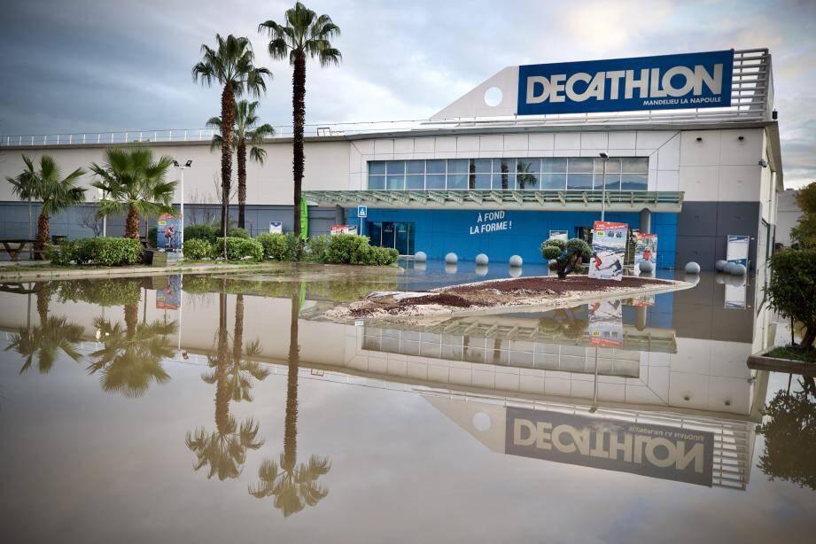 L'enseigne Decathlon à Mandelieu-La Napoule avait été très touchée par les intempéries du 23 novembre.