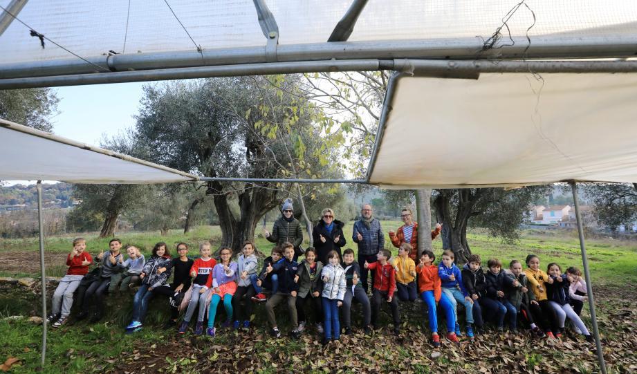 Avec leur maîtresse Cathie Rinaudo, les apprentis jardiniers du CE2 de l'école Aimé-Legall.