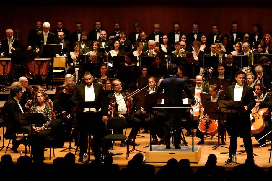 Le Chœur de l'opéra et l'orchestre Philharmonique avec, au premier rang, la soprano Sophie Koch, le ténor Jean-François Borras et, à droite, le baryton Erwin Schrott.