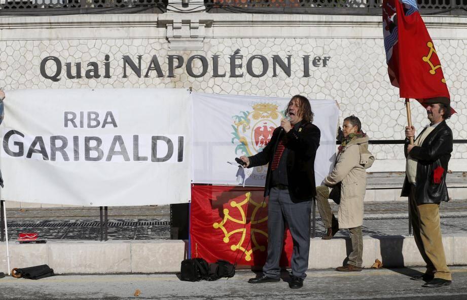 Cristoù Daurore, vendredi matin, sur le quai Cassini et nouvellement Napoléon Ier, soutenu dans sa lutte historique par son porte-drapeau et ses partisans.