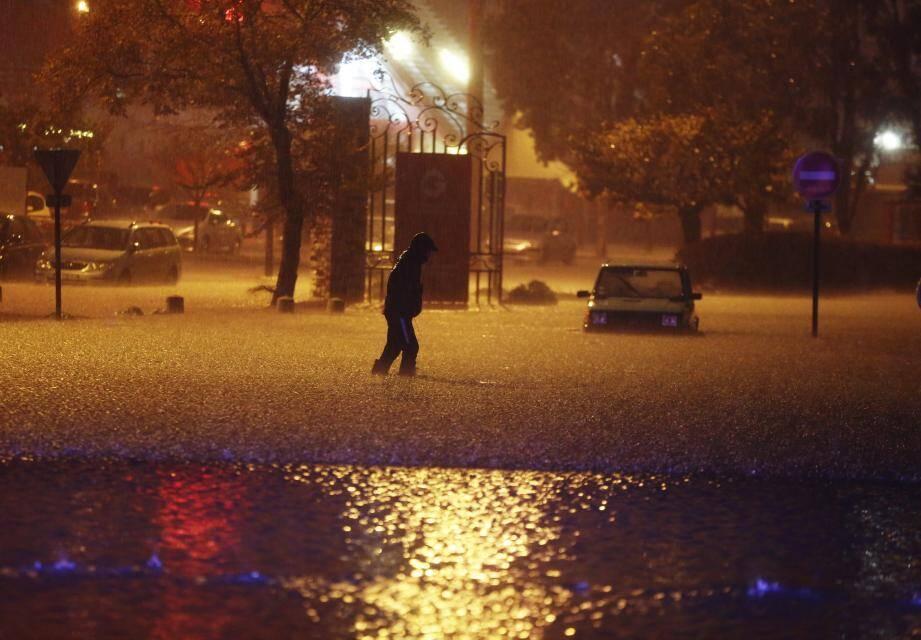 Une route complètement inondée à Mandelieu-La Napoule, dimanche soir.