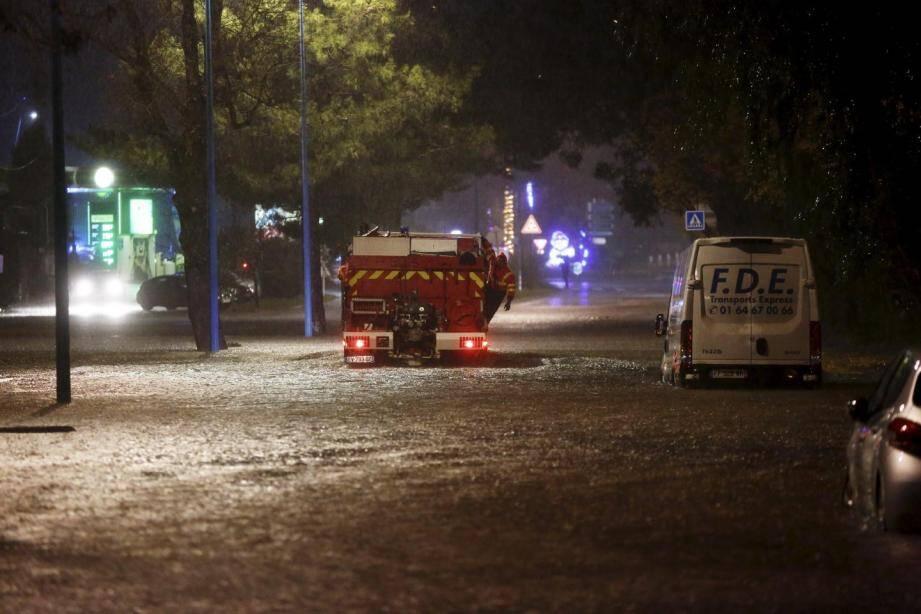 Inondations avenue Maréchal-Juin à Mandelieu, dimanche 1er décembre.