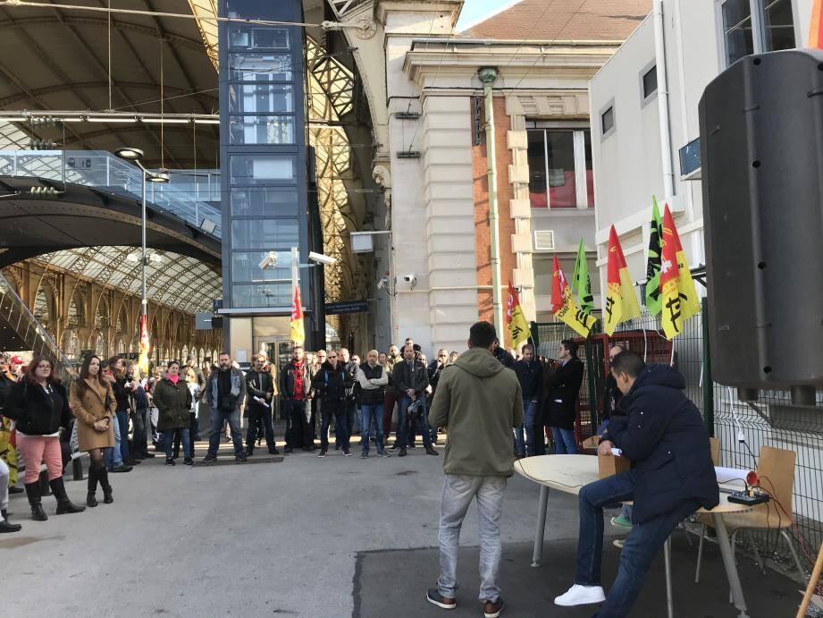 Réunis en assemblée générale à la gare Thiers NICE ce samedi matin, les personnels de la SNCF ont voté à l'unanimité pour la poursuite du mouvement.