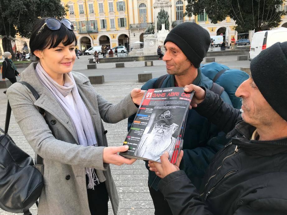 Tania Jakic a créé le magazine Sans Abri 06. Il est vendu 2 euros par les sdf et la recette leur revient intégralement.