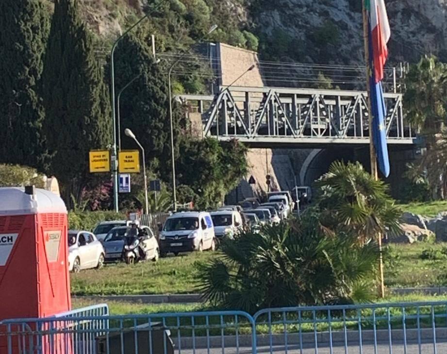 A l'appel du syndicat de policiers Alliance, une grève du zèle est actuellement en cours au poste frontière de Menton.