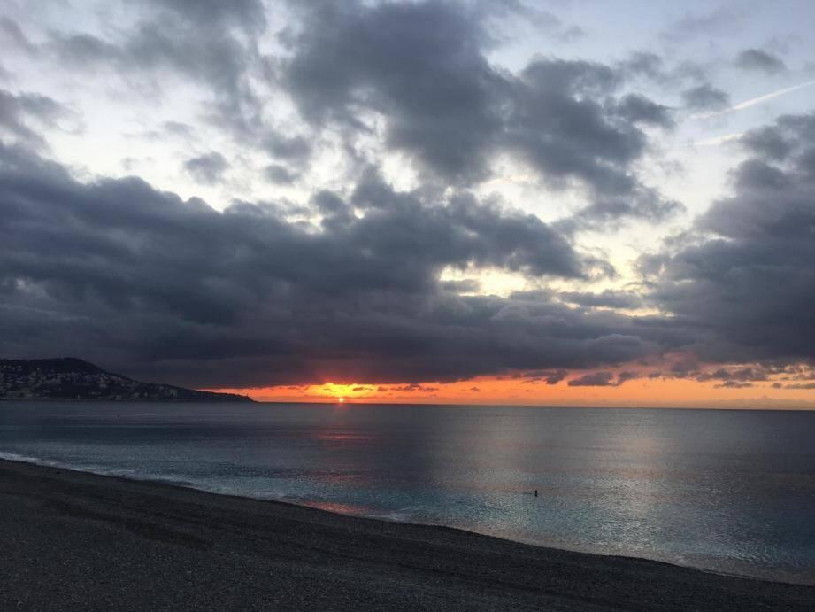 Lever de soleil nuageux sur la Côte d'Azur.