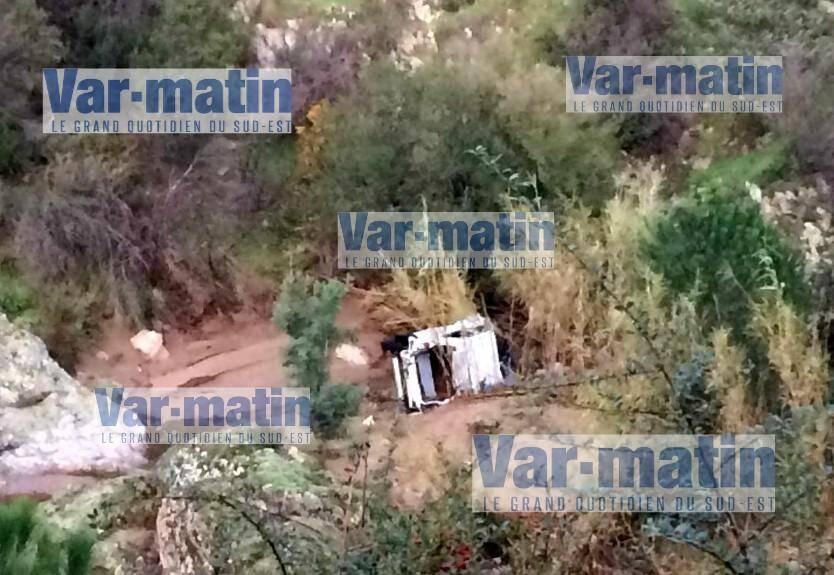 La voiture de la personne disparue, emportée par le fort courant, a été retrouvée quelques mètres en contrebas de la route.