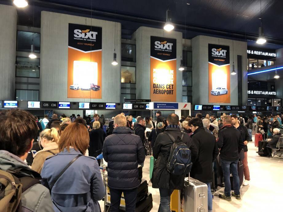 La file d'attente devant les comptoirs Air France, vendredi 20 décembre 2019, après l'annulation de nombreux vols en raison de la météo.