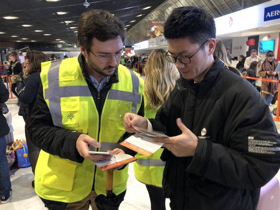 Comme vendredi (ci-dessus), les volontaires de l'aéroport en gilets jaunes reviennent prêter main forte aux comptoirs d'easyJet, où des centaines de passagers ont vu annuler leur vol.