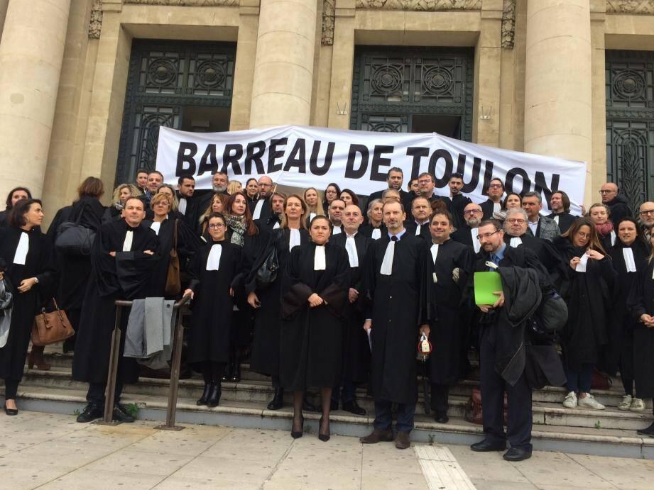Ils n'ont pas fait grève, mais se sont symboliquement rassemblés sur les marches du palais de justice de Toulon.