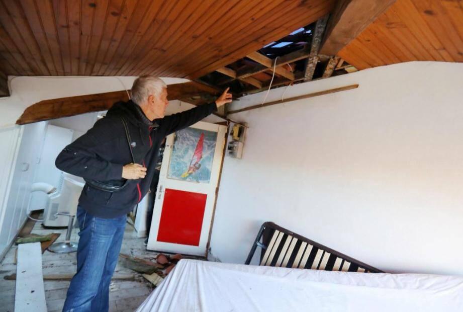 Les impacts de foudre ont explosé une partie de la toiture, laissant échapper la pluie. Les dégâts sont considérables.