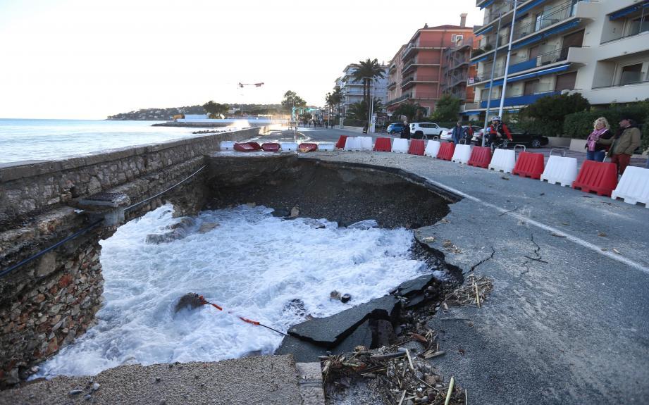 C'est un nouveau trou, impressionnant, qui s'est formé sur la Promenade du Soleil de Menton, à proximité de la frontière avec Roquebrune-Cap-Martin.
