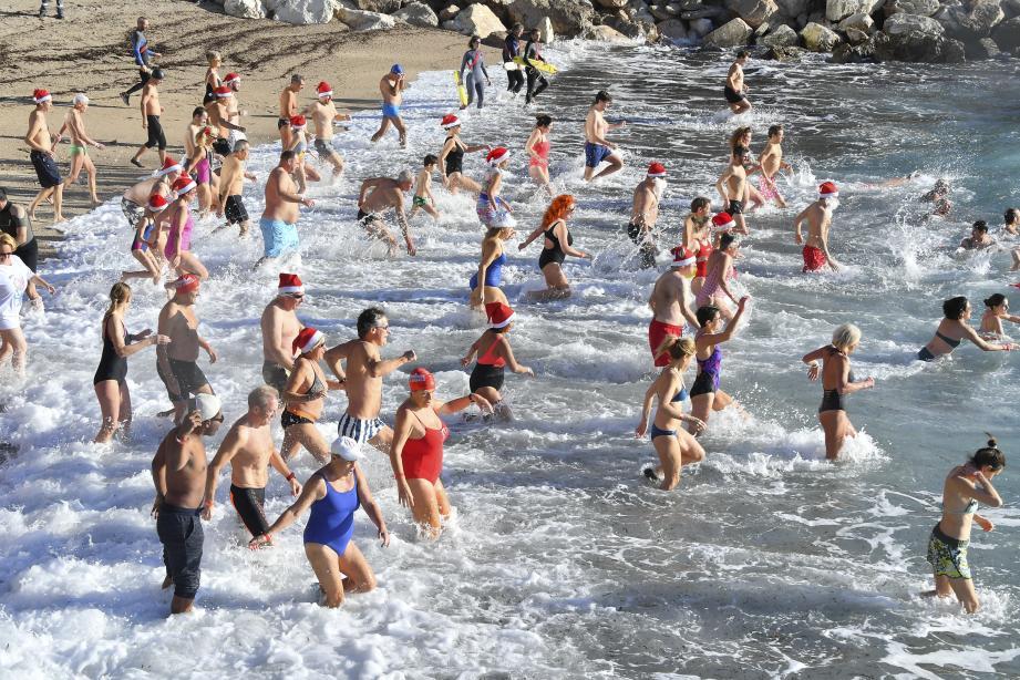 Une centaine de personnes ont participé au bain de Noël monégasque.
