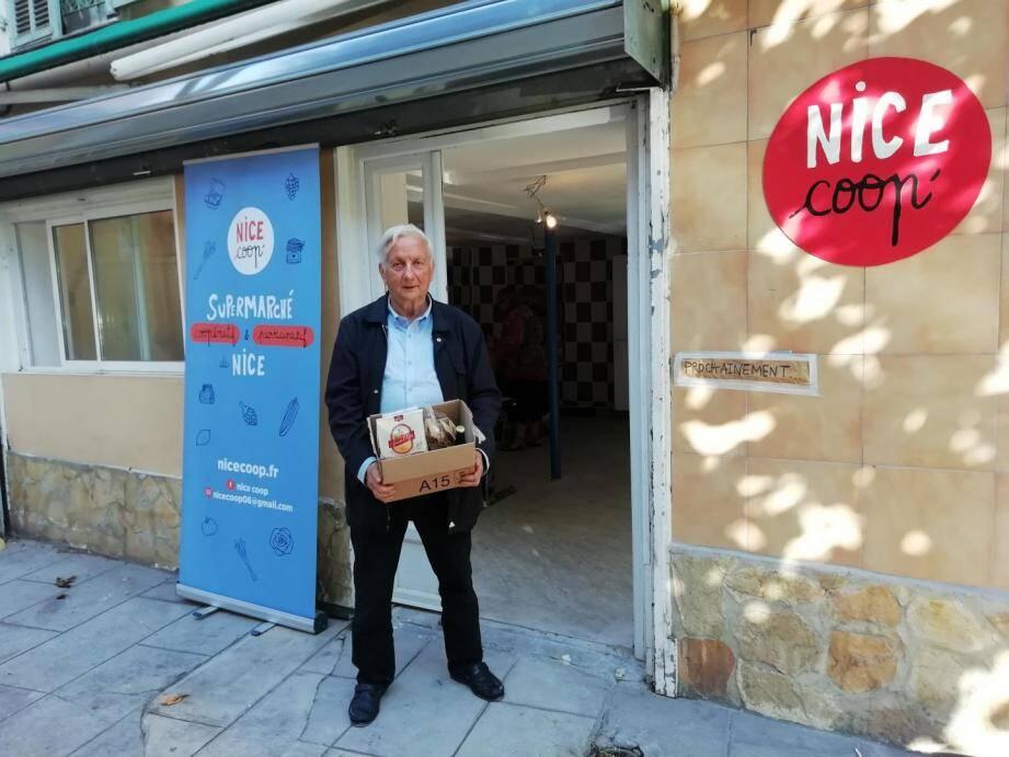 José Florini, bénévole, devant les nouveaux locaux de Nice Coop