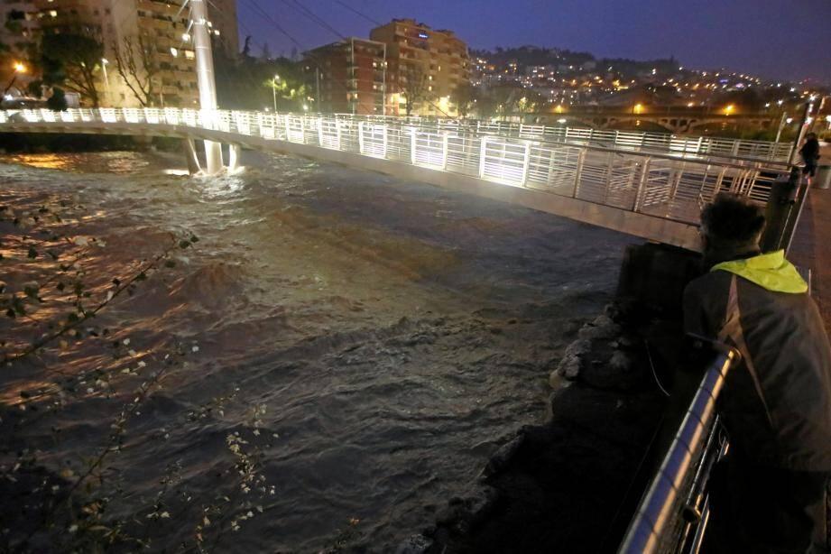 Le débit du Paillon a été largement amplifié par l'épisode méditerranéen ce vendredi, entraînant des mesures de précaution pour le tunnel et la pénétrante du même nom.