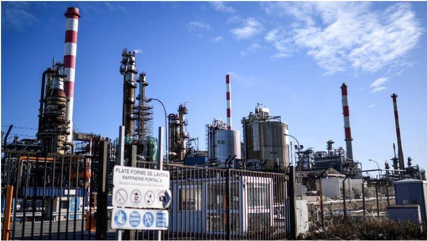 Deux raffineries sur huit sont à l'arrêt en France – dont celle deLavéra dans les Bouches-du-Rhône – mais « aucune inquiétude » àavoir selon l e gouvernement