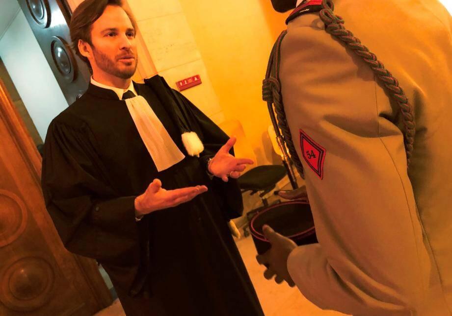 Me Nicolas Gemsa devant la salle d'audience avec le brigadier Hervé, seule victime présente au procès.