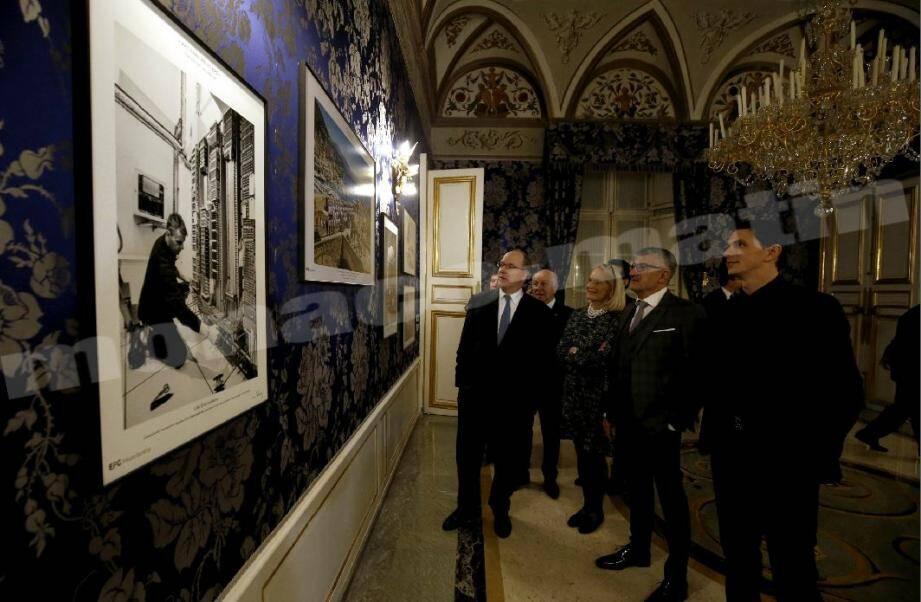 Le souverain a découvert les cinquante clichés en noir et blanc exposés quelques jours dans les Grands appartements du Palais princier.