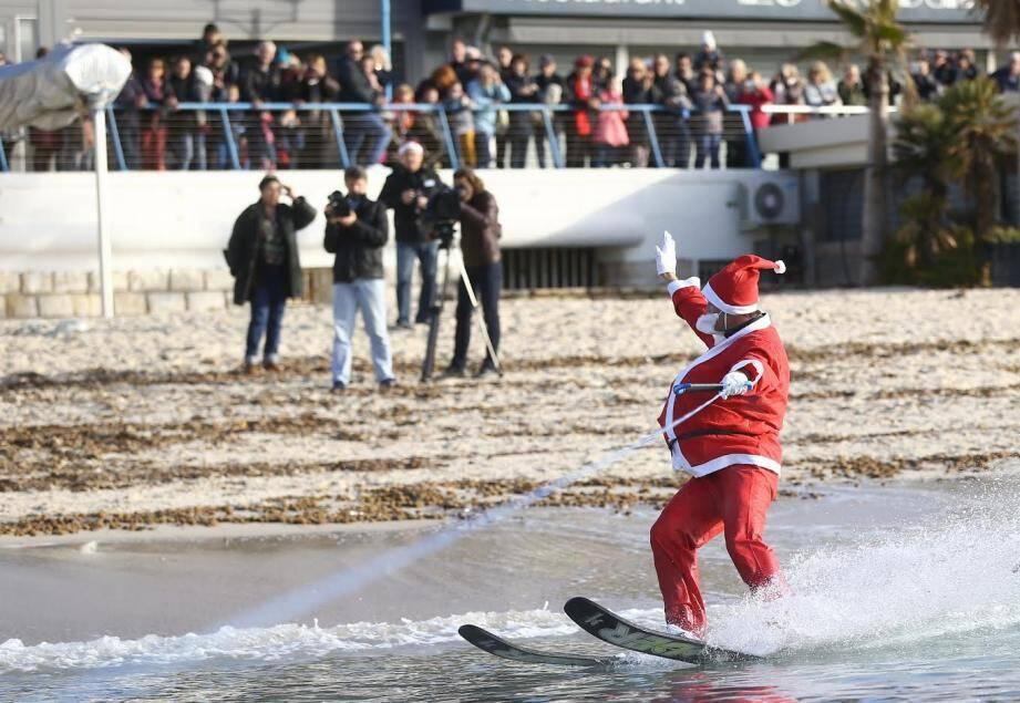 Pas d'arrivée du père-Noel en ski nautique sur la plage de Juan-les-Pins ce dimanche.