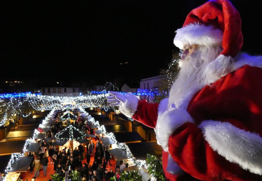 Le Père Noël est apparu au balcon de l'hôtel de ville pour le plus grand émerveillement des enfants.