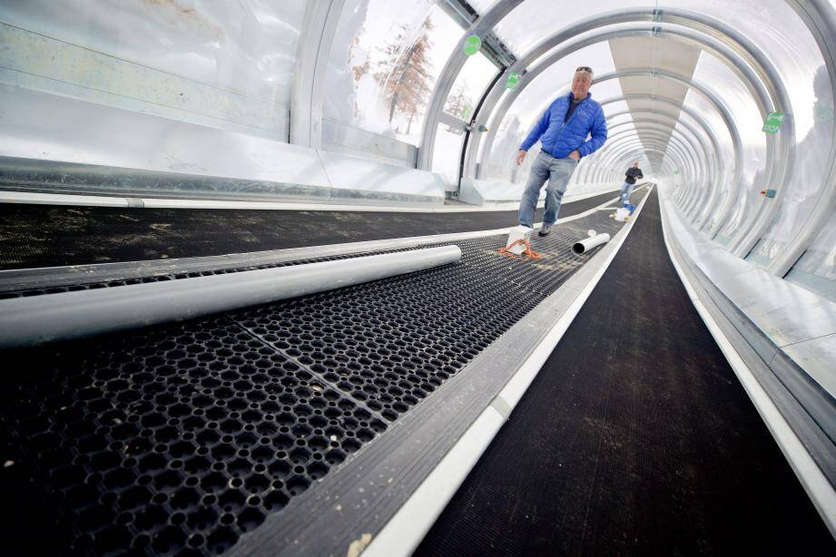 Les derniers préparatifs avant l'ouverture des tapis roulants du secteur Garibeuil, sur le front de neige de Valberg.
