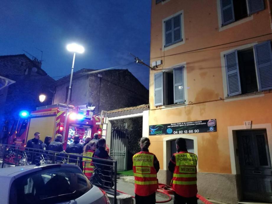 Vingt sapeurs-pompiers des secteurs de Cagnes-sur-Mer et Nice sont intervenus ce samedi soir, pour un départ de feu d'appartement localisé au deuxième étage, au 20, montée de la Bourgade, à Cagnes.