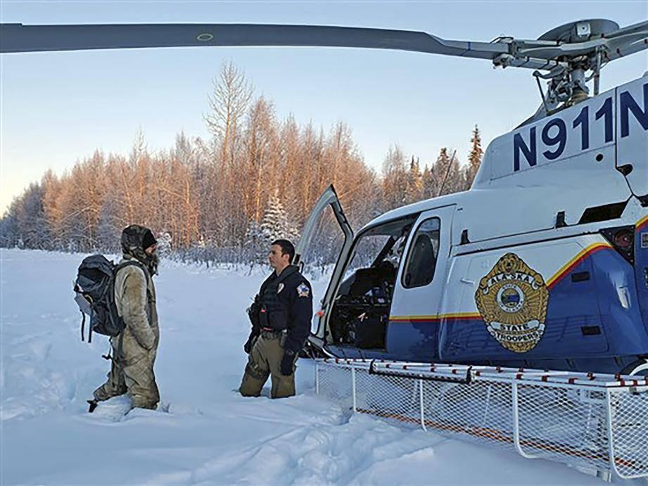Un membre des State Trooper d'Alaska discutant avec Tyson Steele récupéré le 9 janvier dans la vallée de Susitna.