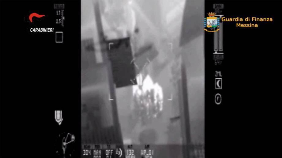 Cette image thermique non datée et non localisée provient d'une vidéo de la Guarda di Finanza. Prise depuis un hélicoptère qui traquait des suspects dans le cadre de l'opération anti-Mafia qui a eu lieu en Sicile.