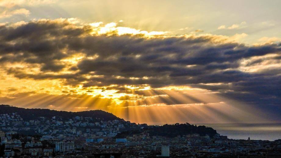 Ciels d'orages, mer démontée, avions au décollage... Jean Mortini shoote tous les matins le ciel de Nice.