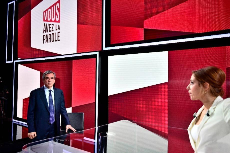 """Léa Salamé reçoit François Fillon sur le plateau de """"Vous avez la parole"""" de France 2 à Saint-Cloud dans les Hauts-de-Seine le 30 janvier 2020"""