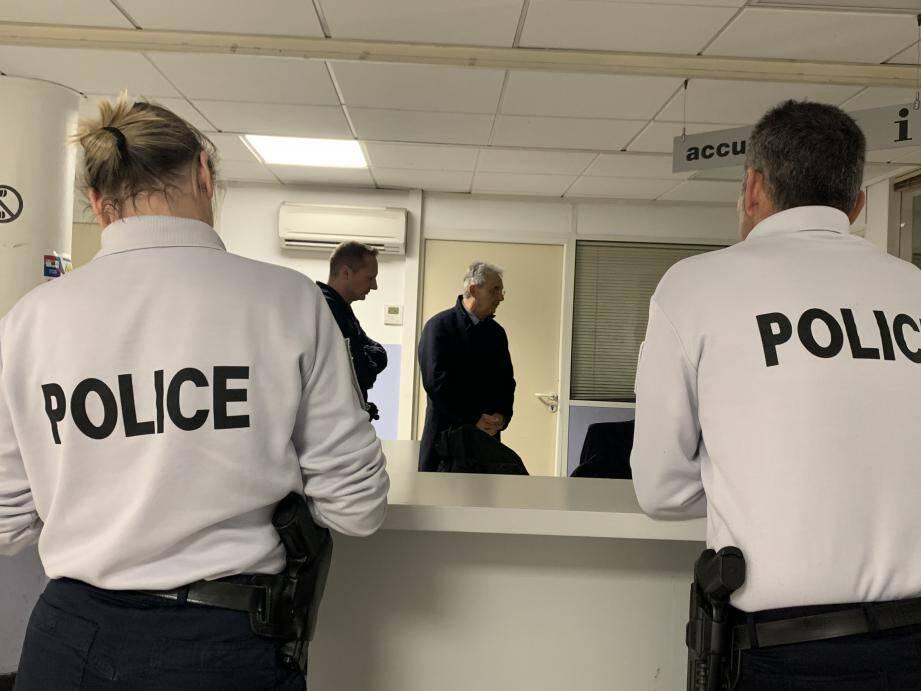 La tournée du maire s'est déroulée, hier soir, en quatre étapes : police nationale, centre d'accueil de nuit, pompiers et police municipale.