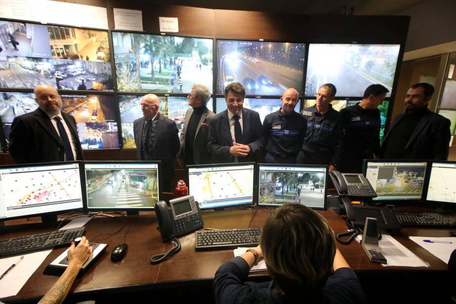 Hier, le maire a rendu visite aux agents du CSU, en compagnie du préfet des A.-M., Bernard Gonzalez et du député Eric Ciotti.
